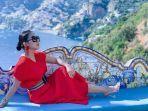 gaya-fashion-syahrini-selama-liburan-ke-italia.jpg