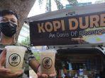 i-putu-alit-pranata-utama-menunjukkan-hasil-kopi-durian.jpg