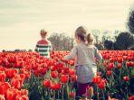 ilustrasi-anak-anak-yang-menelusuri-taman-bunga.jpg