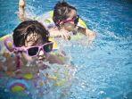 ilustrasi-anak-anak-yang-sedang-berenang-di-kolam-renang.jpg