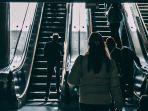ilustrasi-orang-orang-yang-menggunakan-eskalator.jpg
