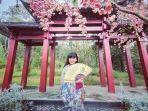 ilustrasi-traveler-berpose-di-spot-foto-sakura-hills-tawangmangu.jpg