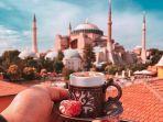 ilustrasi-traveler-sedang-liburan-ke-turki.jpg