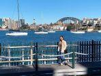ilustrasi-traveler-yang-liburan-ke-harbour-bridge-australia.jpg
