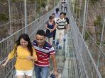 ilustrasi-turis-jalan-lewat-jembatan-kaca-di-china.jpg