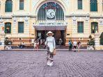 ilustrasi-wanita-berdiri-di-depan-bangunan-di-da-nang-vietnam.jpg