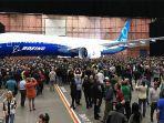 karyawan-boeing-berkumpul-di-sekitar-pesawat-777x.jpg
