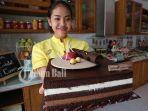 karyawan-menunjukkan-salah-satu-cake-yang-ada-di-dapur-cokelat.jpg