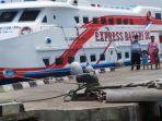 km-express-bahari-di-dermaga-pantai-kartini.jpg