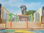 monumen-cinta-sejati-bj-habibie-dan-ainun-di-parepare.jpg
