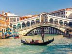 naik-gondola-menyusuri-kanal-kanal-di-venesia.jpg