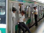 oshiya-petugas-pengatur-penumpang-kereta-api-di-jepang.jpg