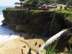 pantai-banyu-tibo-pacitan-dengan-air-terjun-yang-langsung-ke-pantai.jpg