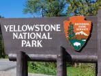 papan-nama-taman-nasional-yellowstone.jpg
