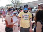 para-pengunjung-yang-mengenakan-masker-menunggu-di-luar-taman-hiburan-magic-kingdom.jpg