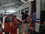 para-penumpang-tengah-menuruni-kereta-api-di-stasiun-bandung.jpg