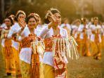 para-wanita-yang-sedang-melakukan-tradisi-bali.jpg