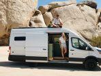 pasangan-tinggal-di-mobil-van.jpg
