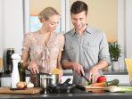 pasangan-yang-sedang-memasak-makanan-untuk-sahur.jpg