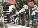 payung-payung-bergantungan-di-atas-pohon-di-beiji-park-kabupaten-pacitan-jawa-timur.jpg