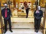 pegawai-mengenakan-masker-dan-pelindung-wajah-di-satu-toko-yang-sudah-buka-di-paris-van-java.jpg