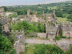 pemandangan-kastil-gwrych-dari-titik-tinggi-di-situs-abergele-wales-inggris.jpg