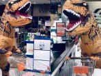 pembeli-pakai-kostum-dinosaurus-saat-belanja-di-tengah-pandemi-virus-corona.jpg
