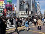 penduduk-jepang-berjalan-di-tengah-kota.jpg