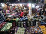 pengunjung-berbelanja-kain-sarung-di-toko-sarung-dua-mutiara-di-pasar-baru-trade-center.jpg