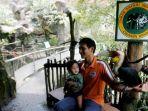 pengunjung-berfoto-dengan-burung-julang-emas-aceros-undulatus-koleksi-taman-safari-indonesia_20180901_163008.jpg