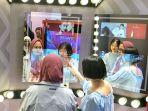 pengunjung-mall-mencoba-kosmetik-secara-virtual-di-hangzhou-china_20180420_152724.jpg