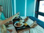 pengunjung-menginap-di-hotel-bawah-laut.jpg