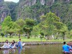 pengunjung-menikmati-salah-satu-wahana-permainan-bermain-perahu-di-lembah-harau.jpg