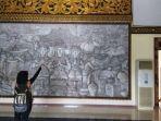 pengunjung-sedang-melihat-relief-besar-bagian-depan-museum-balaputra-dewa.jpg