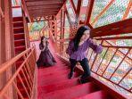 pengunjung-yang-naik-tangga-di-menara-tokyo.jpg