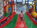 pengunjung-yang-sedang-bermain-seluncuran-di-victory-waterpark.jpg
