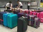 petugas-bagasi-pesawat-di-jepang-mengatur-koper-penumpang-sesuai-warna.jpg