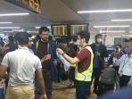 petugas-bandara-delhi-bagikan-makanan-dan-masker.jpg