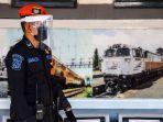 petugas-berjaga-di-dekat-rangkaian-kereta-api.jpg