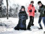 raffi-ahmad-baim-wong-dan-irwansyah-bermain-salju.jpg