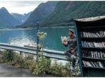 rak-buku-di-tepi-fjord-di-kota-kecil-mundal-norwegia.jpg