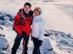 raline-shah-dan-sahabatnya-saat-di-puncak-gunung-kilimanjaro.jpg