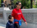 sandiaga-uno-dan-putranya-berjalan-jalan-di-boston.jpg