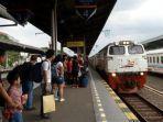 sejumlah-calon-penumpang-menunggu-kedatangan-kereta-api-di-stasiun-cirebon.jpg