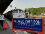 sejumlah-penumpang-saat-akan-menaiki-ka-argo-cheribon.jpg