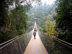 sejumlah-wisatawan-melintas-jembatan-gantung-situgunung.jpg