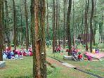 sejumlah-wisatawan-menikmat-suasana-alam-di-obyek-wisata-sikembang-kabupaten-batang.jpg