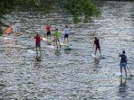 sekelompok-orang-melakukan-paddleboarding-menggunakan-papan-dayung.jpg