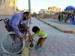 seorang-anak-membatu-pria-yang-menuruni-jalan-dengan-kursi-rodanya_20170605_151746.jpg