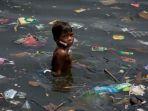 seorang-anak-yang-sedang-mandi-di-sungai-penuh-sampah_20181005_131447.jpg